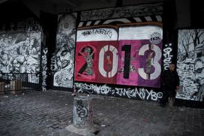 C'est la première photo de mon projet 365, une photo assez parlante... Elle me tient à coeur car déjà, elle comprend du street art, un monde dont je suis absolument fan. Ensuite, d'un coup d'oeil rapide on pourrait croire qu'il y a une désaturation partielle de l'image, ce qui n'est pas le cas. Enfin, les modérateurs de Flickr l'avaient sélectionnée pour leur blog, sur le thème de la nouvelle année : cela m'a apporté beaucoup de visibilité sur le coup, avec pour l'instant un record de clics (1126 très précisément), et l'installation de nouvelles personnes parmi celles qui s'intéressent à mon travail.